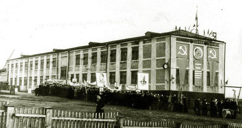 Автор из архива семьи Анисимовых Горный техникум - демонстрация 1 мая Дата 01.05.1954