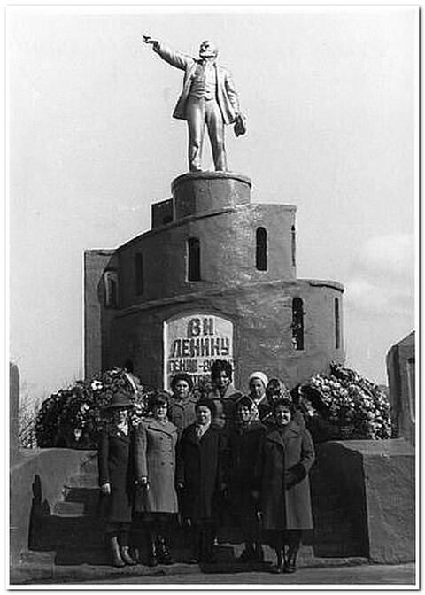 У Памятника Ленину.