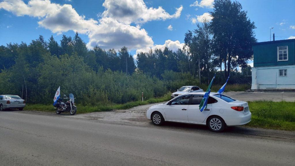 Флаги на машинах в честь день ВМФ