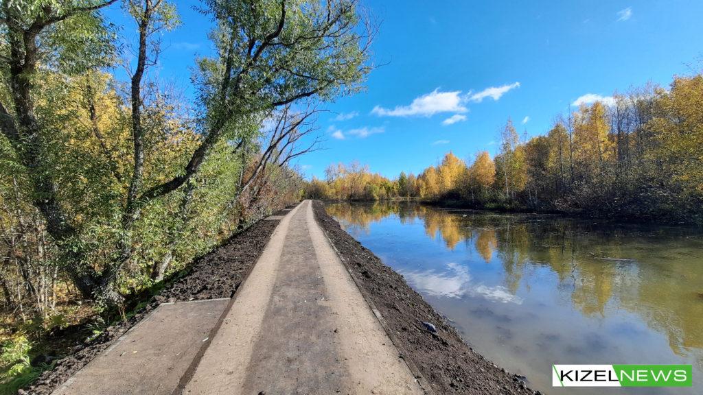 Тротуар в Кизеловском пруду.Дата: 2 октября 2021 г.